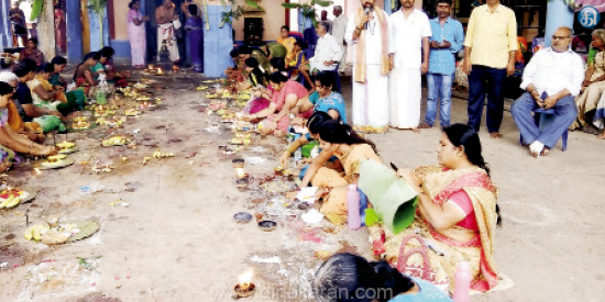 Sumangali Pooja at the Achuthiswarar temple in Chittur Neivanadhi shore