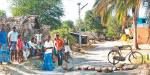 Driving out the people of the AIADMK candidate: Put stones on the road Anti enter town