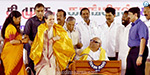 Will defeat TASMAC rule In Tamil Nadu :   Sonia Gandhi, Karunanidhi campaigning on the same stage