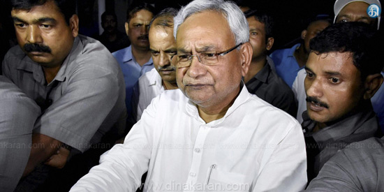 Bihar chief minister stabs him on the car: Nitish Kumar escapes, injured guards