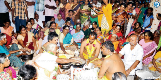 In the boiling ghee, the hand of the bread baked ... The devotees are devotees in Srivilliputhur