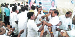 AIADMK Union veterans of the conflict at the meeting: MLA volley executives complained to the minister to engage in hunting collections