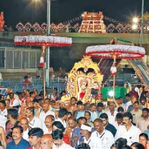 Before the sunrise, the Siva Nilasamurthy Road stands in front of the sunrise at the Tirupati temple