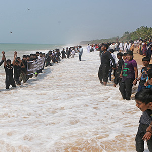 Kumari fishermen come down to the sea with black hats and ask for relief from the storm