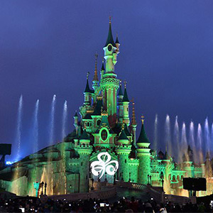 The symbols of the world that shine in green light for the Holy Patrick Day