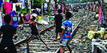 Astonishing pictures show a slum people who live besides railway tracks in India