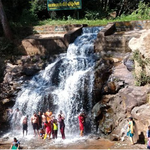 Increase in water flow at Periyar Falls; Eager bathing tourists