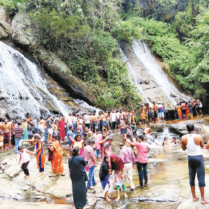 Tourists accumulated in the Aliyar with Christmas holidays