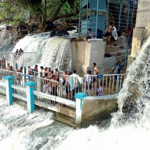 Tourists accumulating at Hogenakkal on Holidays