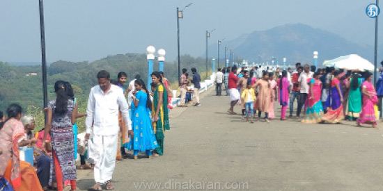 Passengers traveling in the Aliyar dam during the English New Year Day