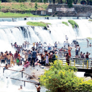 The accumulation of tourists at kodiveri near Gopi